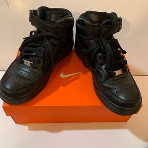 Boy's Nike shoes black size 8